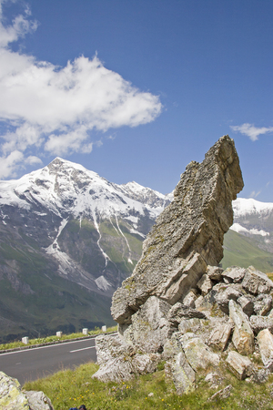 Strangely shaped rocks scattered all over the slopes can be admired at the entrance to the Grossglockner Imagens