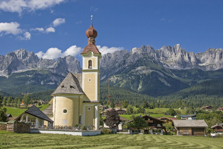 Going, idyllic village in Tyrol with the peaks of the Wilder Kaiser Stock Photo