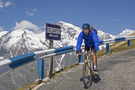 A popular and demanding bike tour leads from Zell am See via the Großglockner High Alpine Road to Heiligenblut