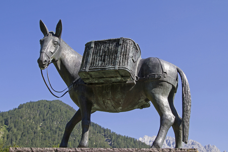 Muli monument in Mittenwald - robust and lively means of transport in the mountains Banque d'images - 106090579