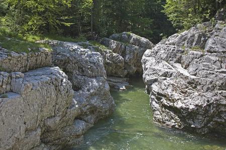 The idyllic Walchen clammy with their green-colored water flows not far away in the Sylvensteinspeicher Standard-Bild
