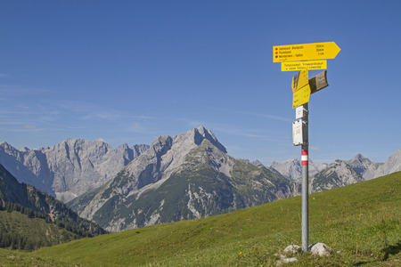 hiking signpost on Plumsjoch with overlooking the Karwendel mountains Standard-Bild - 109522163