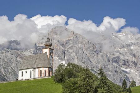 Die gotische Pfarrkirche hl. Nikolaus in Dienten am Hochkönig mit seinem barocken Kirchturm