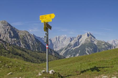 hiking signpost on Plumsjoch with overlooking the Karwendel mountains Standard-Bild - 109522201