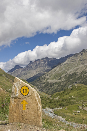 Painted way marker in an idyllic mountain valley of Mont Blanc massif Standard-Bild - 115199074