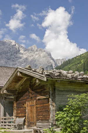 Idyllic huts on the alpine pastures of Eng in the heart of the Karwendel mountains in Tirol Standard-Bild - 115202323