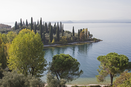 1045000 Punta San Vigilio is a small promontory at the foot of Monte Baldo Stockfoto