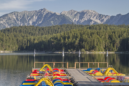 Colorful pedal boats invite the countless tourists to a sporty pleasure ride on the Eibsee Standard-Bild