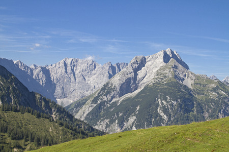 View of the Karwendel Mountains seen from the Plumsjoch Standard-Bild - 115273192