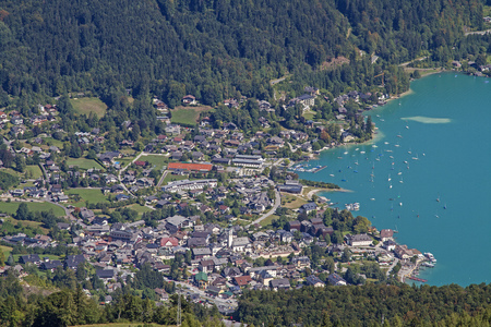 The hike or cable car ride to the 1522 m high Zwölferhorn gives us a wonderful view of Sankt Gilgen and lakes Wolfgangsee and Mondsee in the Salzkammergut. Stok Fotoğraf