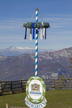 在福尔加里亚福尔加利亚高原的Adamello小组的全景前面的巴伐利亚标志