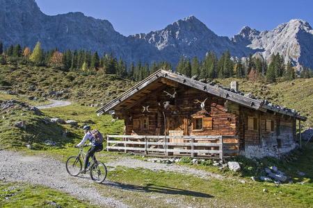 During a mountain hike through the Johannis valley on the way to the Falkenhütte you pass the idyllic Ladizalm