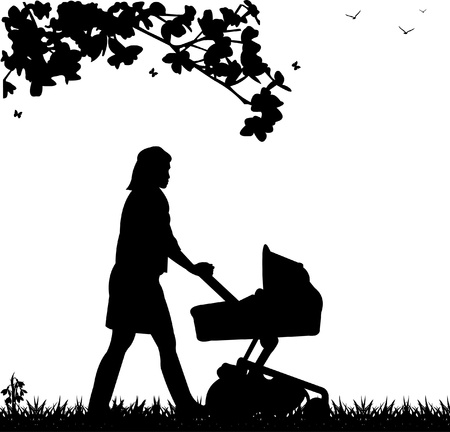 niño empujando: Una joven madre empujando el cochecito y caminar por el parque en la silueta de primavera
