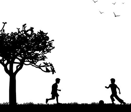 silueta ni�o: Los ni�os peque�os que juegan con la pelota en campo de la primavera, silueta,
