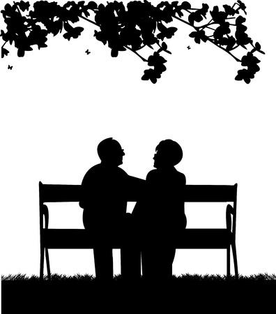 Schönes pensioniertes älteres Ehepaar, das auf Bank im Garten oder im Hof sitzt, einer in der Reihe der ähnlichen Bildsilhouette