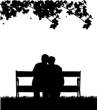 Mooi gepensioneerd paar ouderen zitten op de bank in de tuin of erf, een in de reeks van soortgelijke foto's silhouet