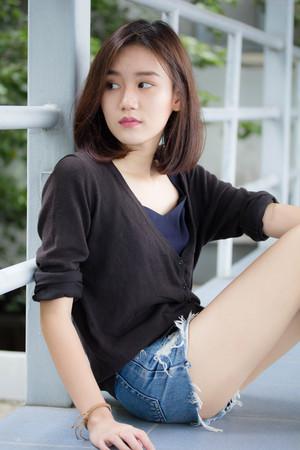 Porträt von Thai erwachsenen schönen Mädchen entspannen und Lächeln