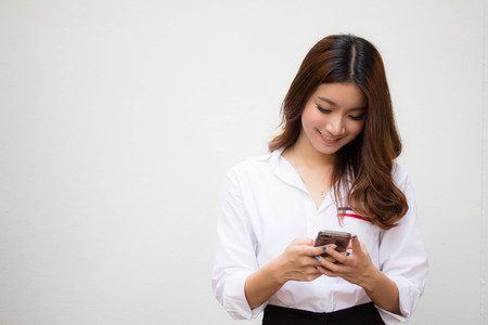 Portret van Thais volwassen werkende vrouwen wit shirt met behulp van slimme telefoon