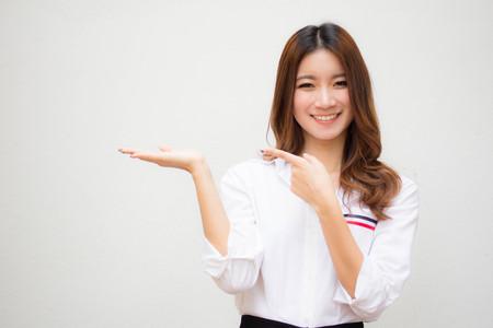 태국어 성인 여성 작업자 흰색 셔츠 보여주는 손의 초상화 스톡 콘텐츠
