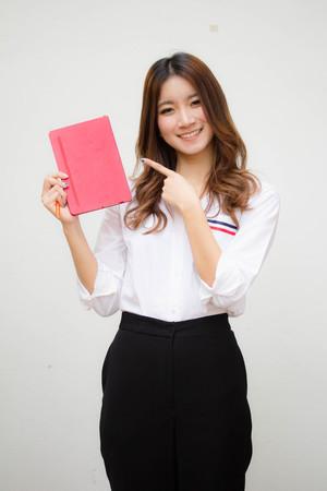 Retrato de tailandês adulto trabalhando mulher branca camisa lendo livro vermelho Foto de archivo - 81631992