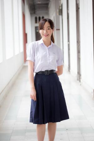 Portrait de lycéen thaïlandais adolescent uniforme belle fille heureuse et se détendre Banque d'images