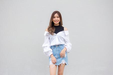 Portrait de jupe en jean thaïlandais chemise blanche adulte belle fille se détendre et sourire