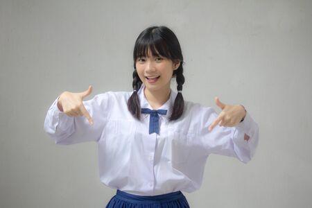Retrato de estudiante de secundaria tailandés uniforme hermosa chica apuntando Foto de archivo
