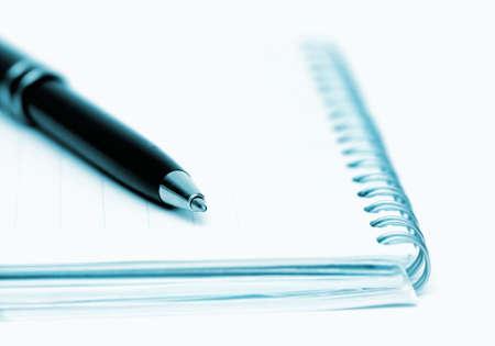 blue toned: Pen (concentrarsi sulla parte superiore) e appunti, shallow DOF e blu tonica