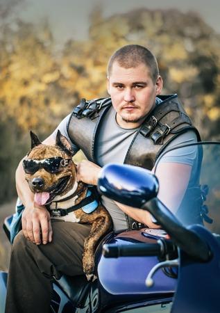 fighting dog: Ritratto di biker con cane da combattimento in occhiali da sole all'aperto Archivio Fotografico