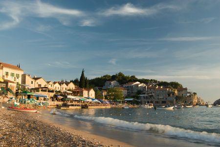 Casas de playa en el mar en Montenegro  Foto de archivo - 2568189