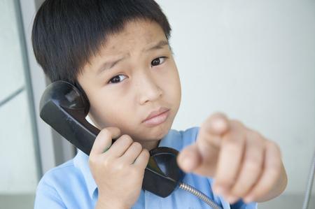 cabina telefonica: Ni�o con la vieja cabina de tel�fono p�blico