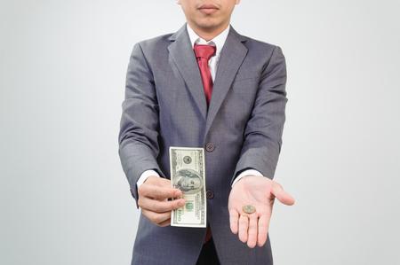 show bill: Hombre nota mostrando banco compara con la moneda