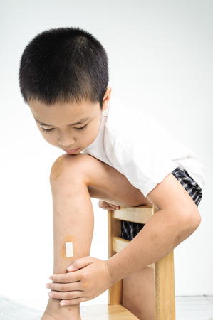 herida: Mirada Boy en la herida cubre la herida en su pierna