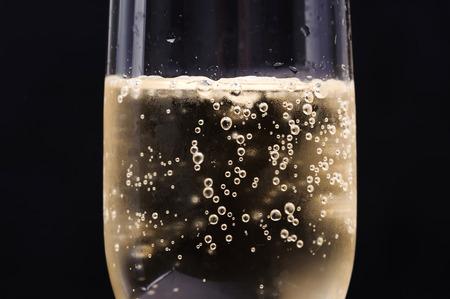 glas sekt: Schlie�en Sie oben Champagne-Blase im Glas auf schwarzem Hintergrund