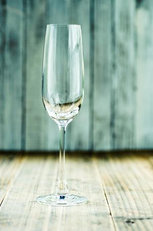 sektglas: Champagner-Glas auf Grunge Holztisch Lizenzfreie Bilder