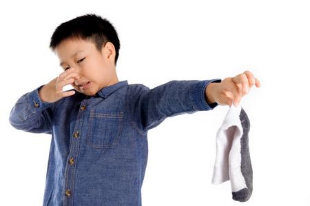 pieds sales: sentiment de Boy malheureux avec mauvaise odeur chaussette blanche