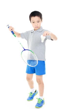 アジアの若い男の子は白い背景をバドミントンします。 写真素材