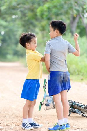 pelea: Dos niño enojado y figthing por golpe en el otro en la carretera urbana durante el verano ..