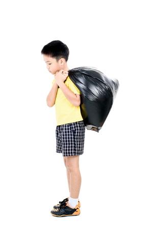 Junger asiatischer Junge carry Müll in Plastikbeutel für die auf dem weißen Hintergrund zu beseitigen Standard-Bild - 53854464