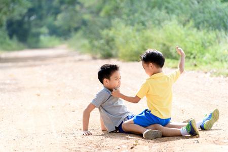 2 つの怒っている少年と夏の時間の間に都市の道路に他のパンチ 3116. 写真素材