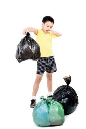 olfato: Jóvenes de Asia lleve muchacho de basura en una bolsa de plástico que mal olor para eliminar en el fondo blanco