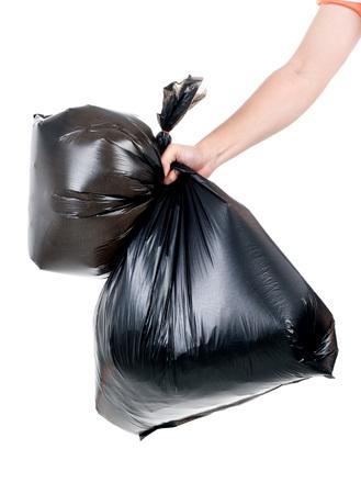 niños reciclando: Hombre fuerte mano llevar la basura en una bolsa de plástico para eliminar en el fondo blanco