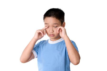 アジア タイ少年が eyepain や頭痛で白い背景、白い背景で隔離の隔離。