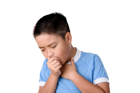 アジア タイの若い男の子が咳を白い背景で隔離。
