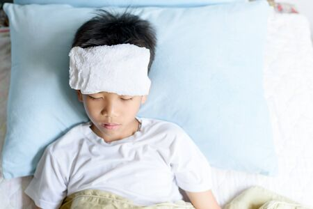 Selective focus at young Asian Thai boy sick and take rest and sleep on a bed in. Banque d'images - 131653566