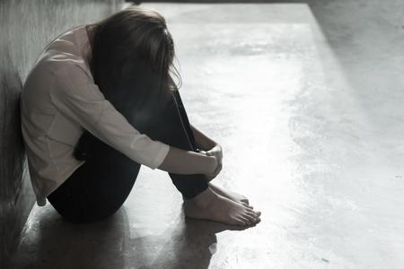 Traurige Frau vor Vergewaltigung. Das Konzept stoppt gewalttätige Handlungen gegen Frauen.