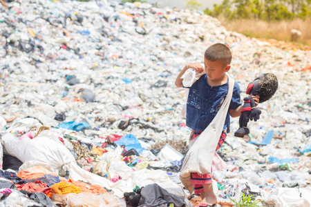 Child find junk for sale and recycle them in landfills, the lives and lifestyles of the poor. The concept of child labor and trafficking