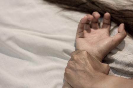 La mano del hombre sosteniendo la mano de una mujer por concepto de violación y abuso, lucha contra la trata y detener la violencia contra la mujer,