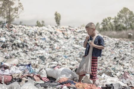 Poor children earn money by selling garbage. Stockfoto