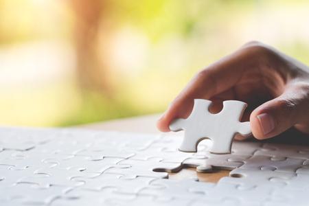 Legen Sie das letzte Puzzleteil von Hand, um die Mission, die Geschäftslösungen, den Erfolg und das Strategiekonzept zu vervollständigen
